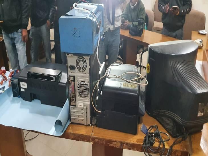 आरोपी महेंद्र की फोटो कापी से जब्त कम्प्यूटर आदि जब्त हुआ। इसी से फर्जी बही व कलर आधार कार्ड तैयार करते थे।