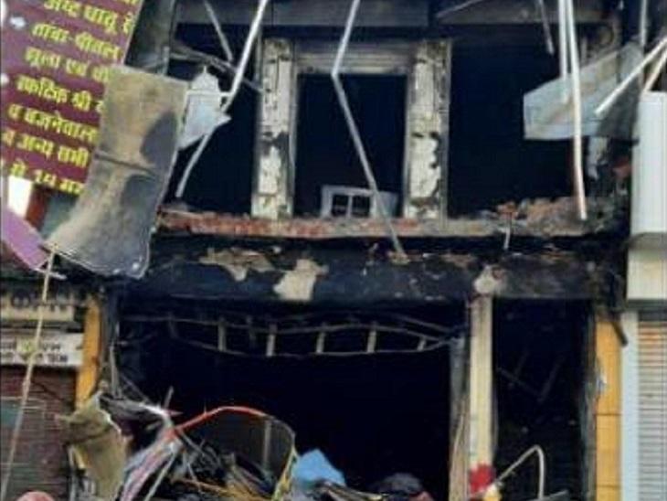 एक्सीवेटर बुलाकर दुकान का शटर तोड़ा गया। ऊपर की मंजिल पर भी आग थी। इसके चलते दीवार भी तोड़ी गई और आग पर काबू पाया गया।