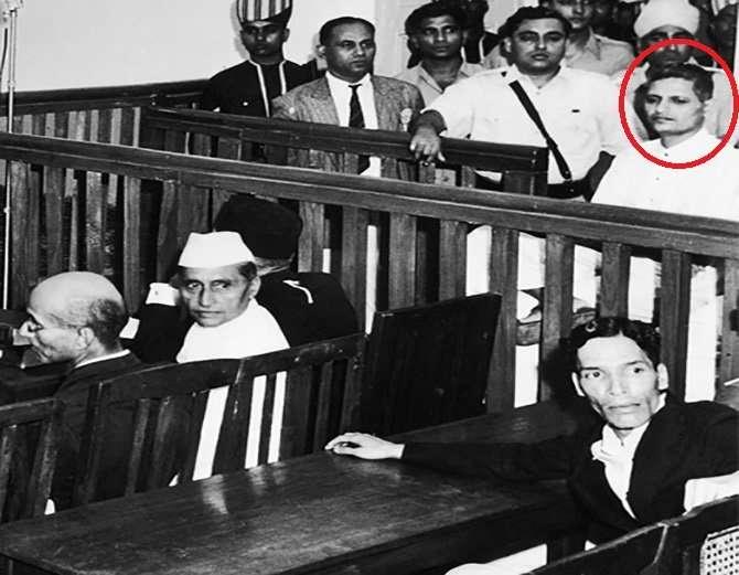 गोडसे की गिरफ्तारी के बाद अदालत में सुनवाई के दौरान की एक तस्वीर। लाल घेरे में नाथूराम गोडसे।
