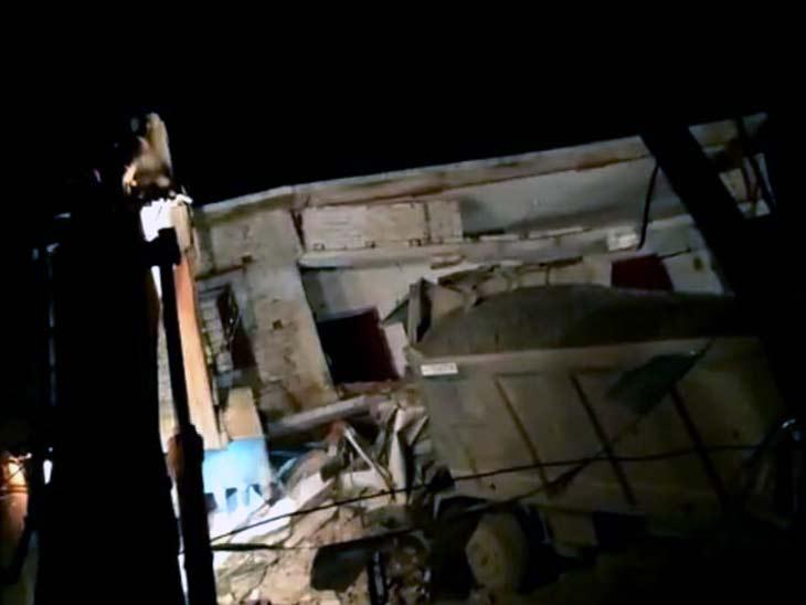 घटनास्थल पर जेसीबी से मलबा हटाया गया।
