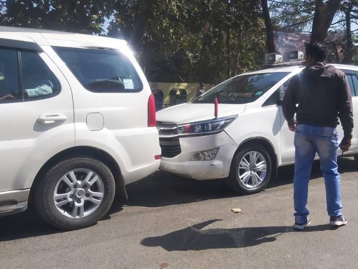 सीएम के काफिले में दो कारें आपस में टकरा गईं। हालांकि कोई हताहत नहीं हुआ।