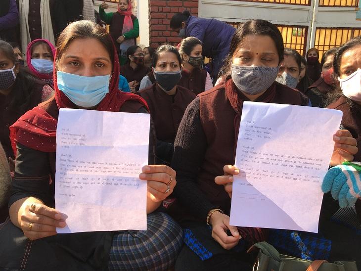 स्कूल मैनेजमेंट द्वारा दिया गया शपथ पत्र दिखातीं शिक्षिकाएं।