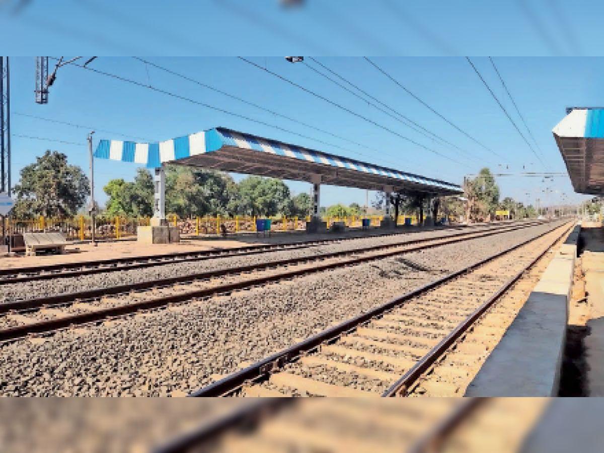 दमोह दमोह के छोटे स्टेशनों पर एक भी ट्रेन नहीं रुक रही है, जिससे यात्री परेशान हैं। - Dainik Bhaskar