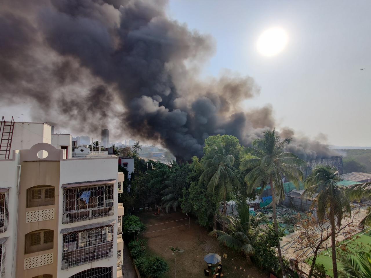 आग के बाद स्टूडियो से निकलने वाला धुआं आसपास के इलाके में फैल गया।