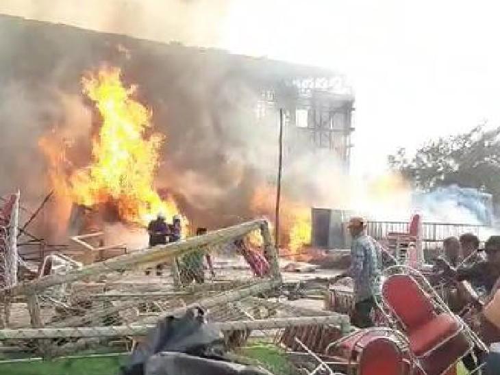 इस आग में स्टूडियो का एक बड़ा हिस्सा जलकर राख हो गया है।
