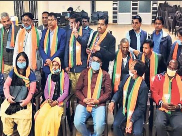 बीजेपी कार्यालय में एनसीपी के बैनर तले विजयी पार्षदों ने बीजेपी की सदस्यता ग्रहण की। - Dainik Bhaskar