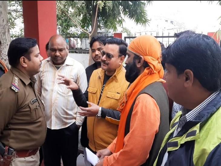 अलीगढ़ में शरजील उस्मानी के खिलाफ बजरंग दल ने किया प्रदर्शन; बोले- हिंदू धर्म पर अपमानजनक टिप्पणी बर्दाश्त नहीं|आगरा,Agra - Dainik Bhaskar