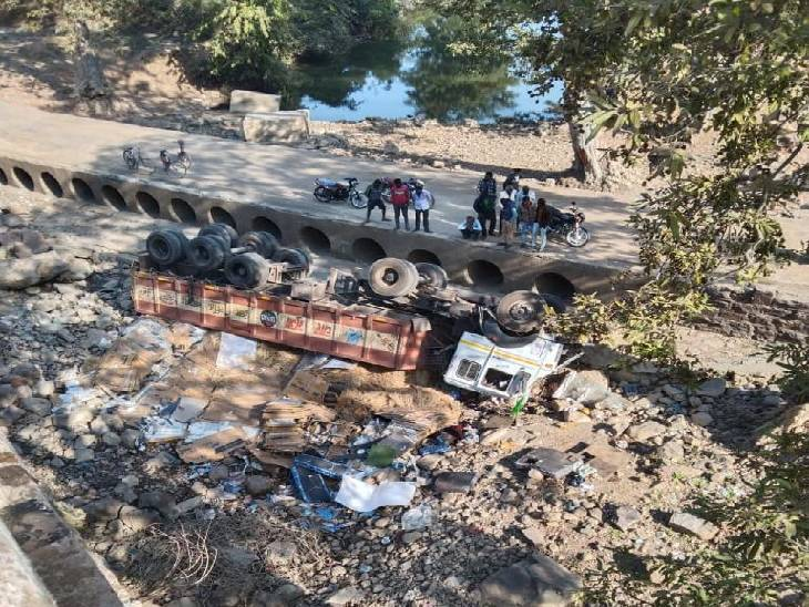 Two drivers died of a truck overturning on the erosion-Majhauli road 24 hours earlier.