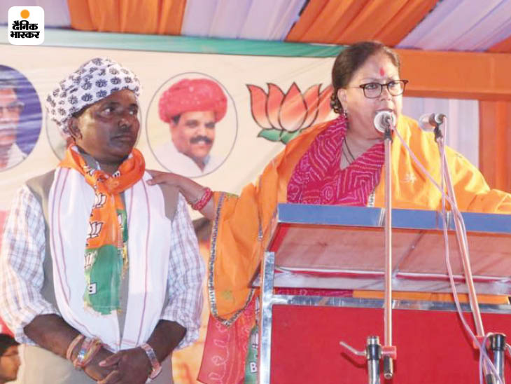 This photo is from November 2018.  Vasundhara Raje came for campaigning before the assembly elections in Udaipur.  MLA Gameti along with Raje on stage.