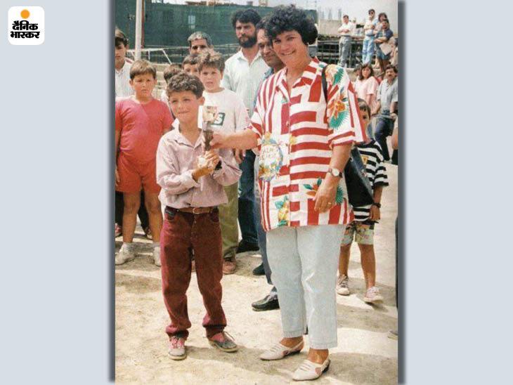 रोनाल्डो की प्रतिभा कम उम्र में ही दिखने लगी थी। अपनी मां के साथ जीत की ट्रॉफी लिए हुए।