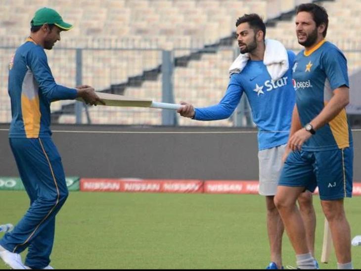 2016 टी-20 वर्ल्ड कप के दौरान आमिर (बाएं) को बैट गिफ्ट करते विराट कोहली।