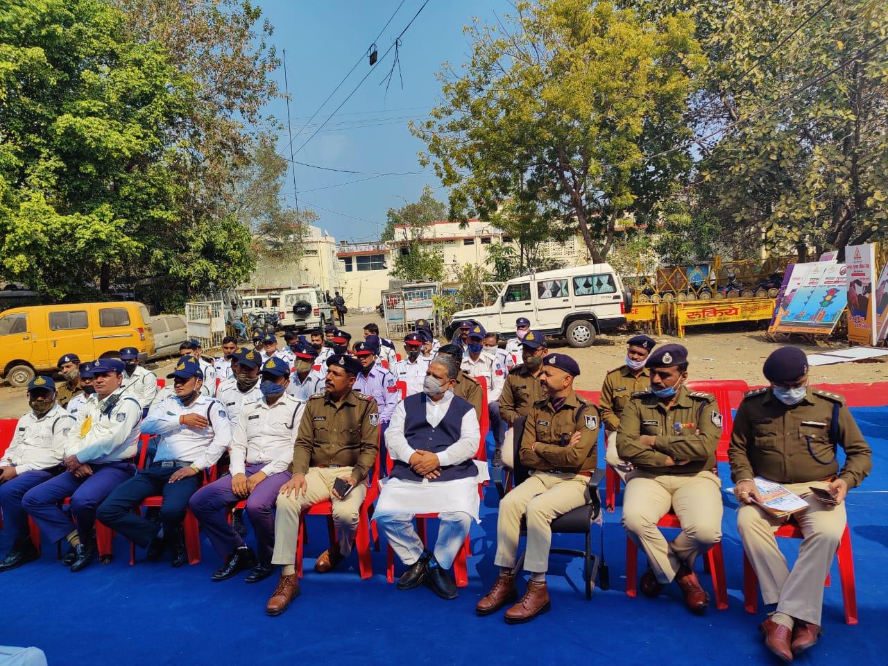 ट्रेनिंग के दौरान ट्रैफिक पुलिस के अधिकारी और जवान।