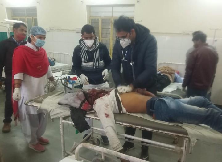 घायलों का कोटपूतली के अस्पताल में उपचार करते डॉक्टर और पैरामेडीकल स्टाफ।