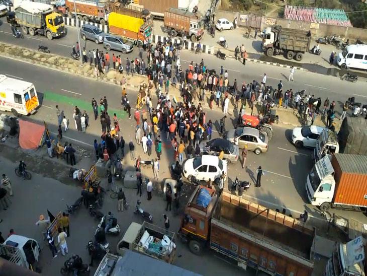 अमृतसर में दोपहर में चक्का जाम की शुरुआत में जुटे किसान जत्थेबंदियों के लोग। बाद में यह भीड़ बढ़ती ही चली गई।