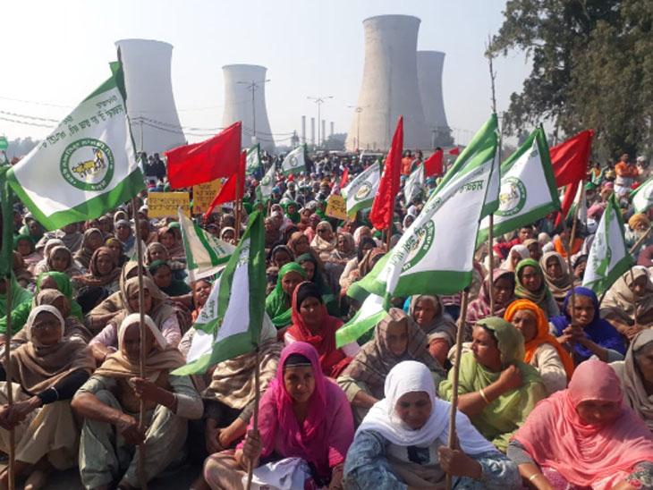 बठिंडा में थर्मल पावर स्टेशन के पास हाईवे जाम करके बैठे आंदोलनकारियों में शामिल महिलाएं हाथों में किसान यूनियन के झंडे एठाए हुए।