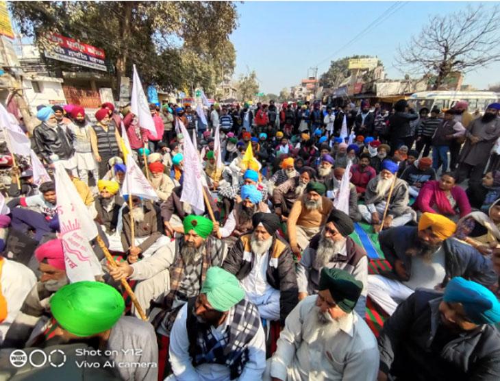 बटाला की एक और तस्वीर, जिसमें धरने पर बैठे लोग नजर आ रहे हैं। लगभग पूरे पंजाब में ही आज कुछ इसी तरह किसान आंदोलनकारी सड़क जाम किए हुए थे।