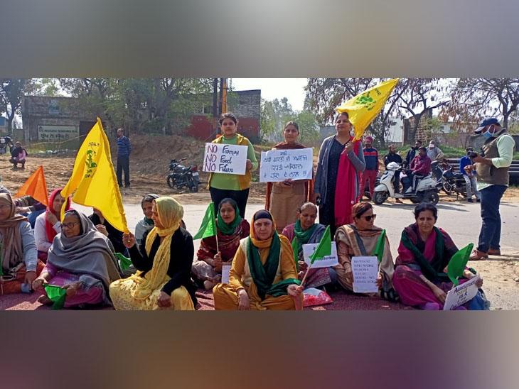 कपूरथला में जालंधर रोड पर धरने में शामिल किसान आंदोलन के समर्थक लोग।