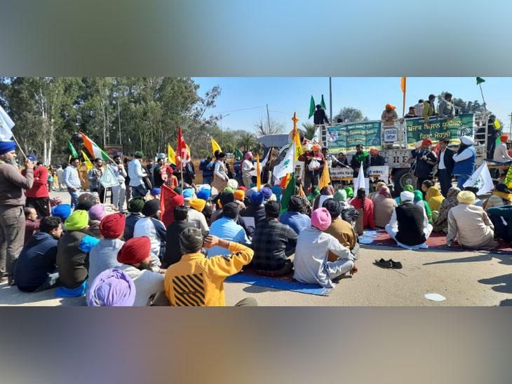 मोहाली में रोड जाम में सरकार विरोधी बैनर और किसानी झंडे लहराते लोग।