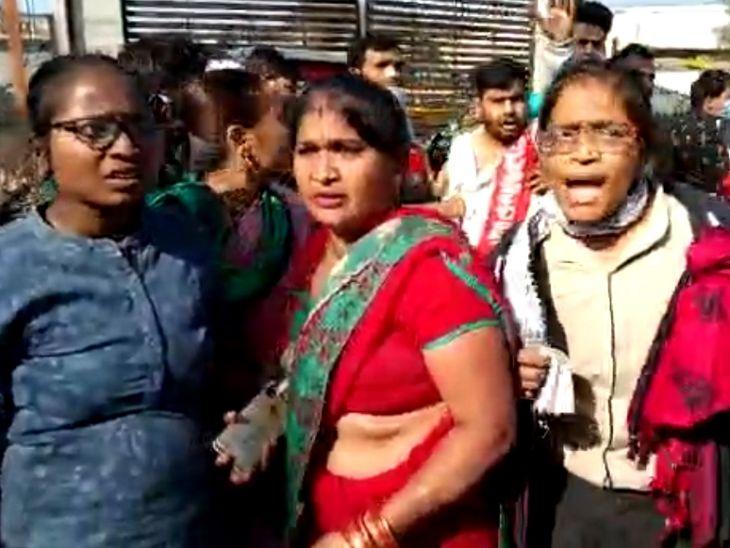 महिलाओं ने पुलिस से कहा कि अपना हक मांग रहे हैं।