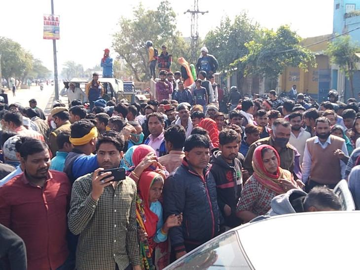 महिला की मौत की खबर मिलते ही वहां भीड़ जुट गई। लोग बेहद नाराज नजर आए।