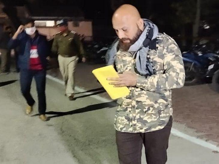 फारूकी के भाई जेत पठान भी जेल परिसर के बाहर मौजूद रहे।