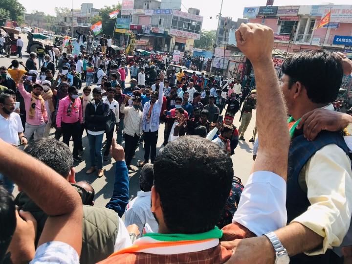 जयपुर में टोंक रोड पर कुम्भा मार्ग तिराहे पर प्रदर्शन करते कांग्रेस के कार्यकर्ता।