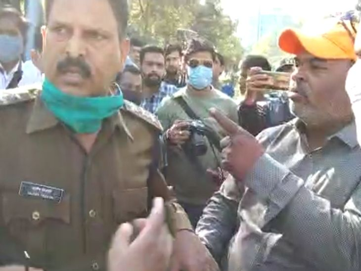 पुलिस और कर्मचारियों के बीच जमकर बहस हुई।