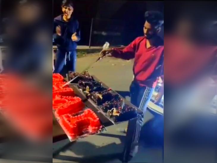 पुणे में जन्मदिन के दौरान युवक ने तलवार से काटा केक, केस दर्ज कर तलाश रही है पुलिस महाराष्ट्र,Maharashtra - Dainik Bhaskar