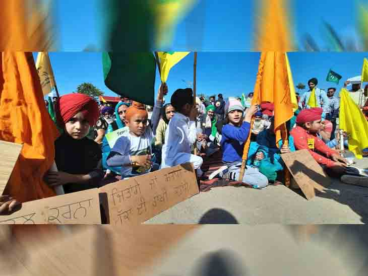 मुल्लांपुर बैरियर पर बच्चे विरोध प्रदर्शन में शामिल हुए।