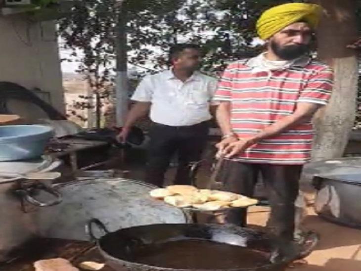 सड़क पर ही किसानों ने खाना खाया और कहा जरुरत पड़ी आगे और इस तरह के प्रदर्शन होंगे।