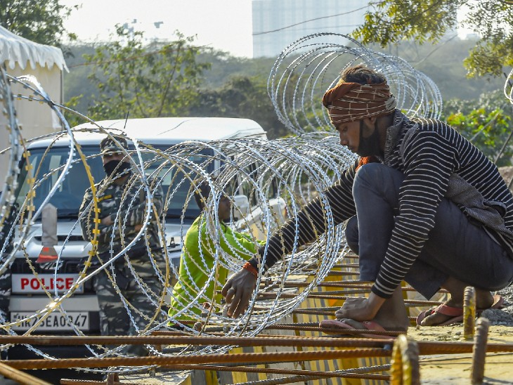 The photo is of the Singhu border.  Here barbed wire has also been installed on the barricades of cement, so that neither heavy vehicles can cross it nor any agitators coming on foot.
