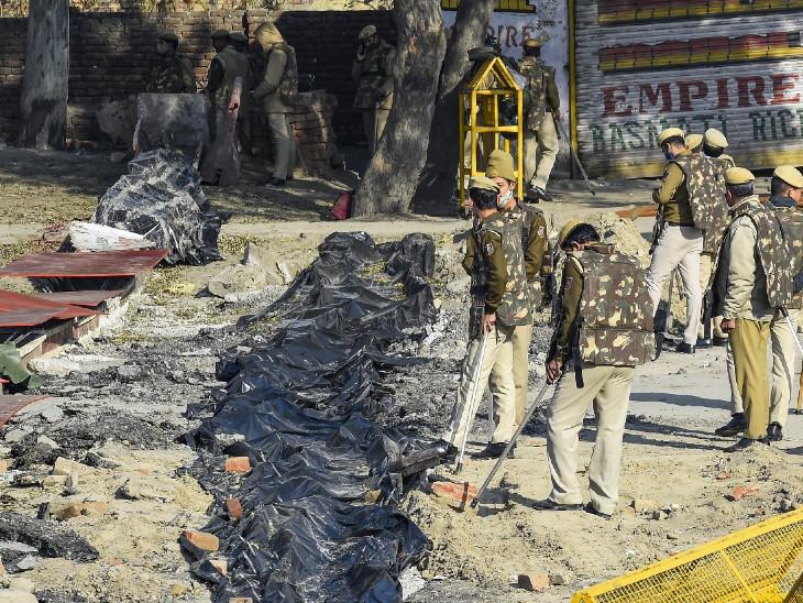 फोटो सिंघु बॉर्डर की है। यहां किसानों के चक्काजाम को देखते हुए भारी संख्या में पुलिसबल तैनात किया गया है।