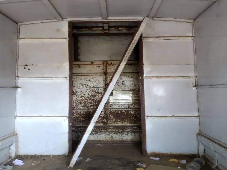 लोडिंग वाहन में इस तरह कंपार्टमेंट में शराब छिपाकर ला रहे थे आरोपी।