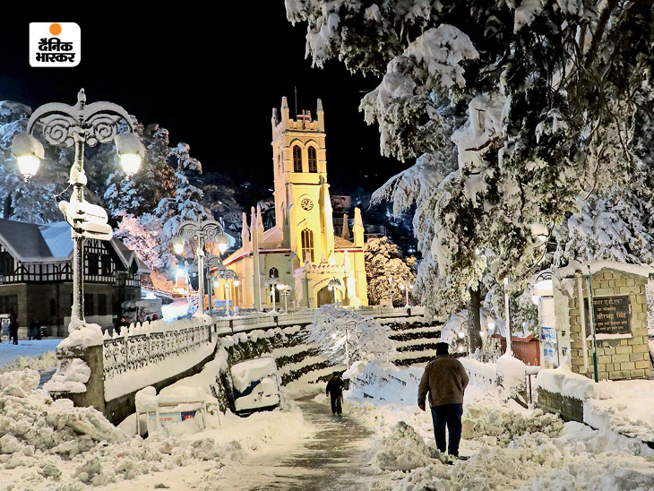 The picture has been clicked from the ridge area of Shimla late at night.  The snowfall here has covered everything in the area.