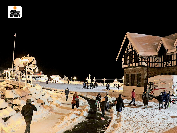 Tourists are enjoying the snowfall in Himachal.  However, the administration is also engaged in the task of clearing the roads.  So that no one gets in trouble.