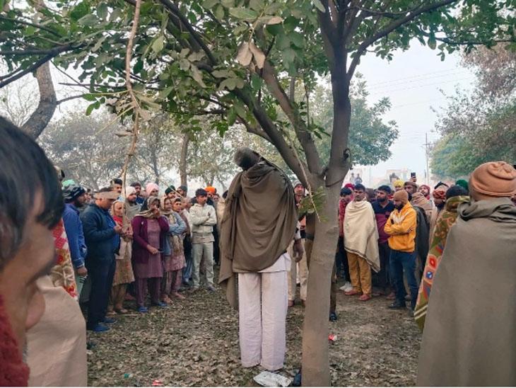 बस अड्डे के पास पेड़ पर इस तरह लटका मिला कर्मवीर का शव।