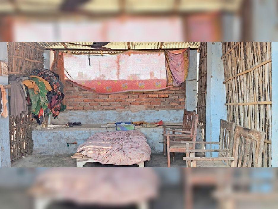 बिना मवेशी के पशु शेड बनवाया : भवानीपुर के सुपौली वार्ड-6 में ही यह पशु शेड मो. अनवर के यहां बना है। वे घर पर नहीं मिले। अनवर आलम की पत्नी असदन खातून ने बताया कि मवेशी नहीं है, इसलिए घर बना लिया।
