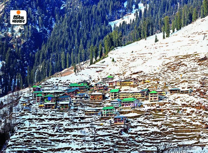 फोटो कुल्लू के सोलंग गांव की है, यहां रविवार को बर्फबारी के बाद ऐसा नजारा दिखा। - Dainik Bhaskar