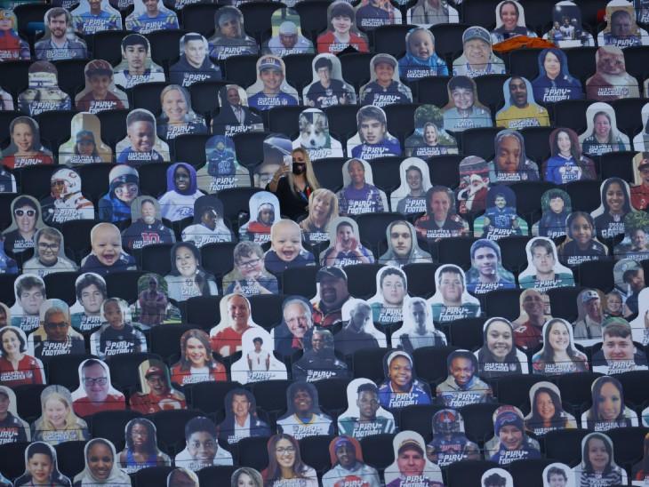फोटो फ्लोरिडा की है। यहां फुटबॉल लीग चल रहा है, लेकिन दर्शकों की एंट्री पर बैन है। दर्शकों की मौजूदगी दिखाने के लिए पूरे स्टेडियम में हर चेयर पर दर्शकों के पोस्टर लगाए गए हैं। साउंड के जरिए दर्शकों का शोरगुल भी खिलाड़ियों को सुनाया जाता है।