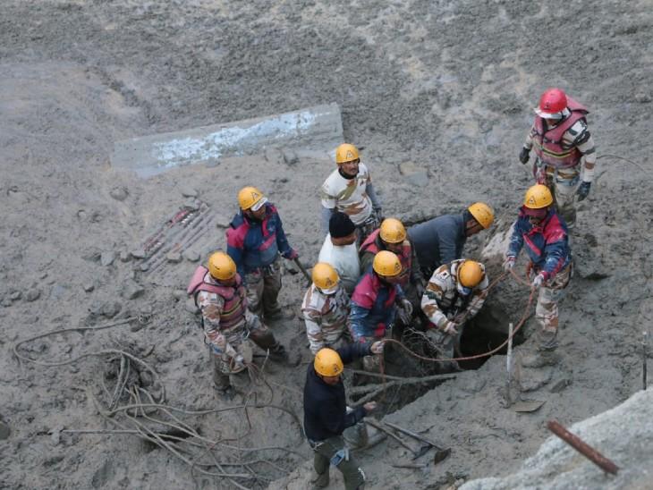 मलबे के अंदर फंसे लोगों को रस्सी की मदद से निकाला जा रहा है। अब तक 16 लोग जिंदा बचाए जा चुके हैं।