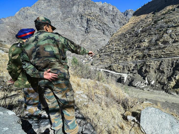सेना के अफसरों ने भी मौके का मुआयना किया। रेस्क्यू ऑपरेशन में सेना के कई जवान भी मदद कर रहे हैं।