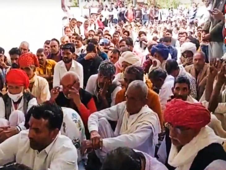 गजेंद्र सिंह शक्तावत के घर जुटी के समर्थकों की भीड़।