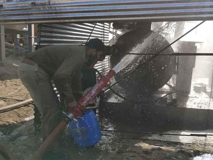 जोधपुर-जैसलमेर रोड पर हुआ हादसा: भानगढ़ के डामर मिक्सर प्लांट में लगी आग, जोधपुर से गई दमकल ने एक घंटे में पाया काबू