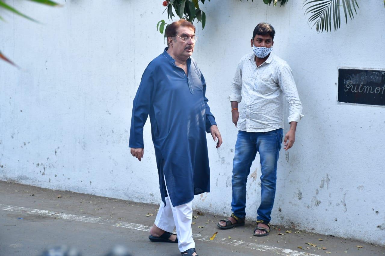 रजा मुराद राजीव को अंतिम विदाई देने चेम्बूर स्थित उनके घर पहुंचे।