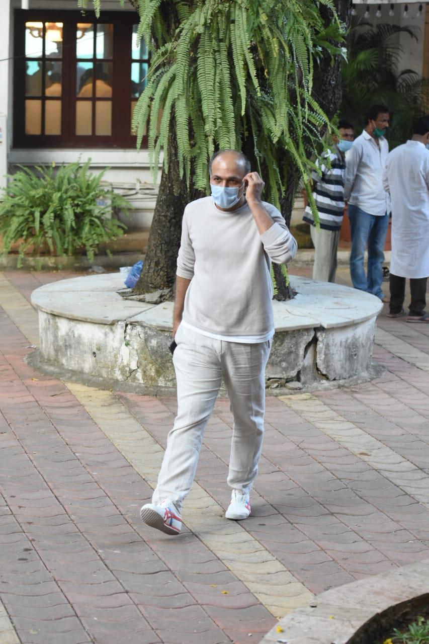 डायरेक्टर आशुतोष गोवारिकर ने राजीव कपूर को अंतिम विदाई दी। दोनों फिल्म 'तुलसीदास जूनियर' में साथ काम कर रहे थे।