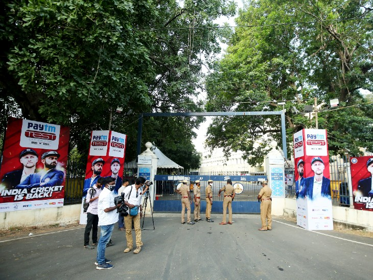 Fans did not get an entry at Chepak Stadium in Chennai due to Corona.  Police had tight security during the match.