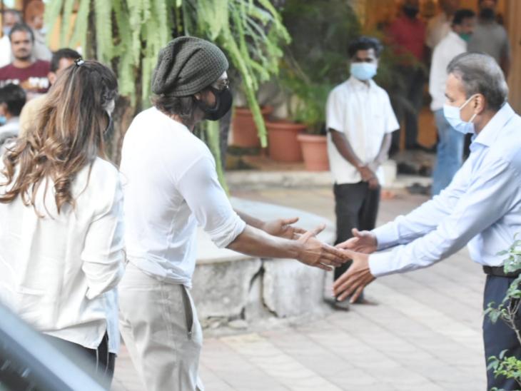 शाहरुख खान राजीव कपूर को अंतिम विदाई देने उनके घर पहुंचे थे।