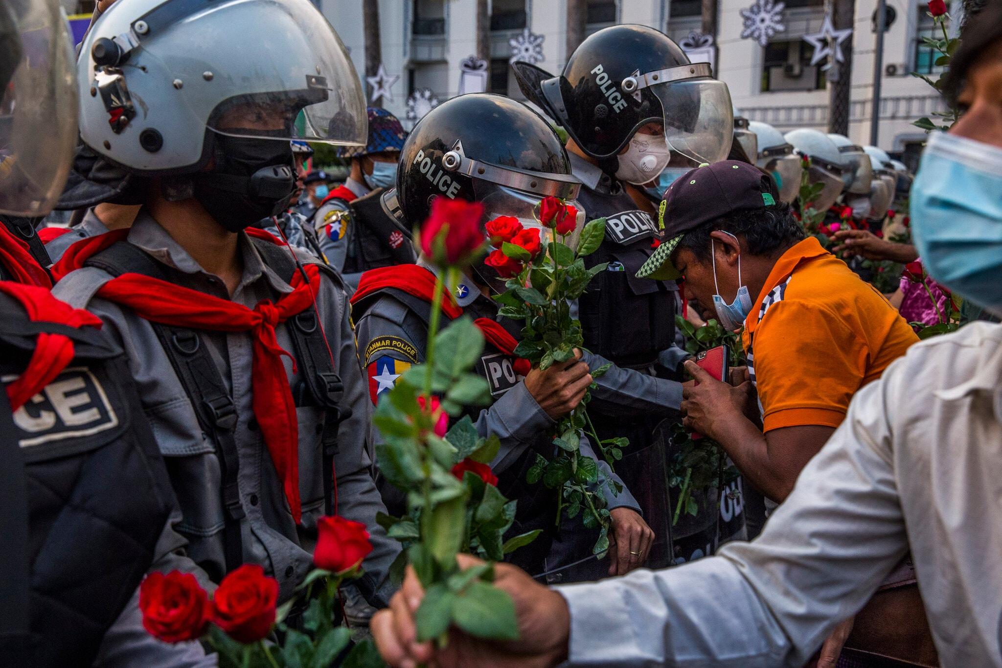 म्यांमार में प्रदर्शनकारियों ने पुलिस और फौज को गुलाब के फूल गिफ्ट किए। इसके जरिए उन्होंने बताया कि वे अपना लोकतांत्रिक अधिकार पाने के लिए आंदोलन कर रहे हैं।