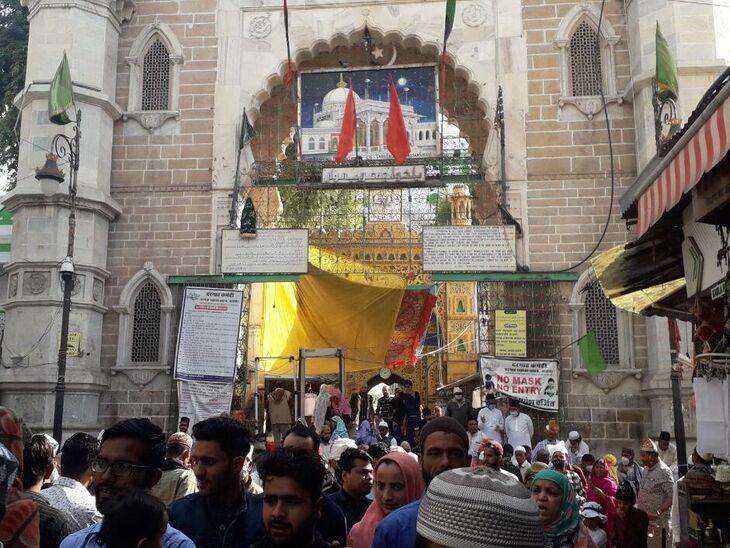 अजमेर दरगाह के बाहर लगी जायरीनों की भीड़