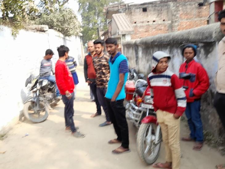 घटना के बाद सहरसा के वार्ड नंबर 22 में लोगों की जुटी भीड़।